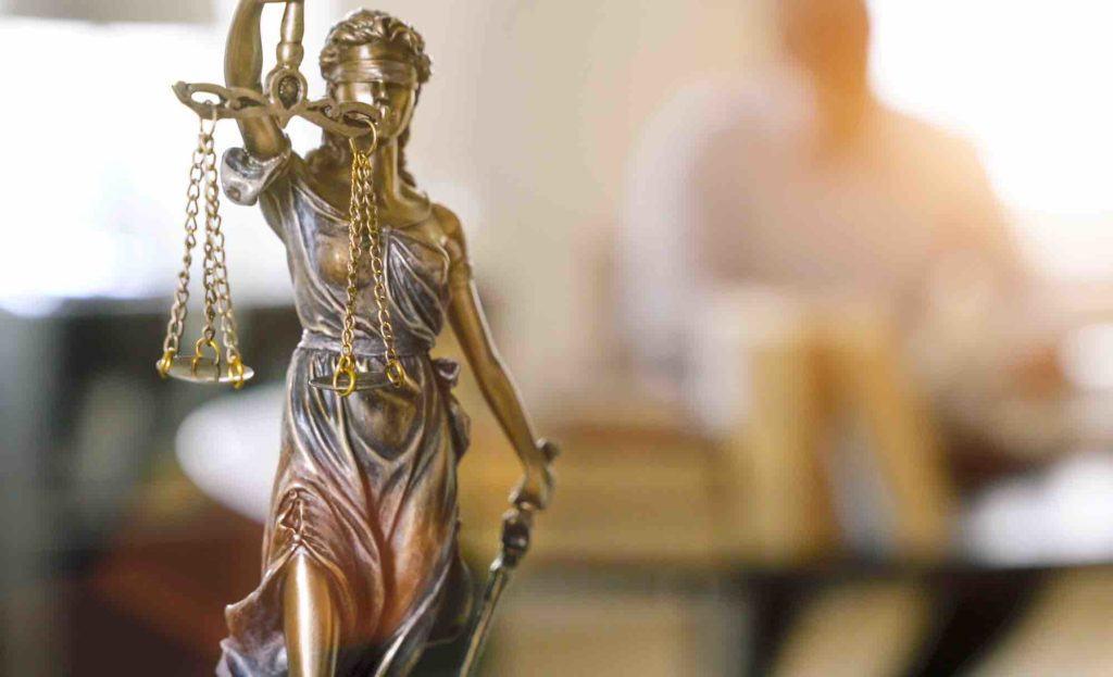 Gerechtigkeitswaage beim Anwalt