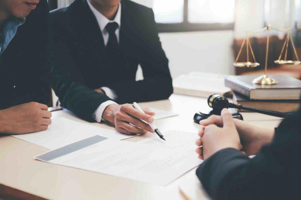 Anwalt für Strafrecht berät Klienten