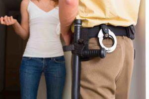 Polizist steht vor der Haustüre für eine Hausdurchsuchung