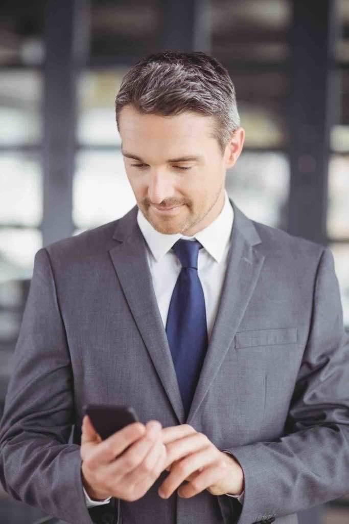 Strafverteidiger schreibt Klienten am Handy