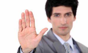 Mann zeigt mit Handfläche in Kamera