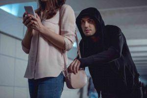 Mann greift zur einer Frauentasche