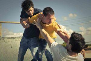 drei Jugendlichen kämpfen