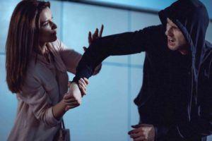 Frau dreht eines Mannes um