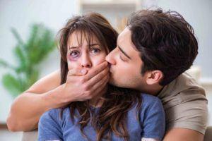 Verzweifelte Frau wird vom Ehemann festgehalten
