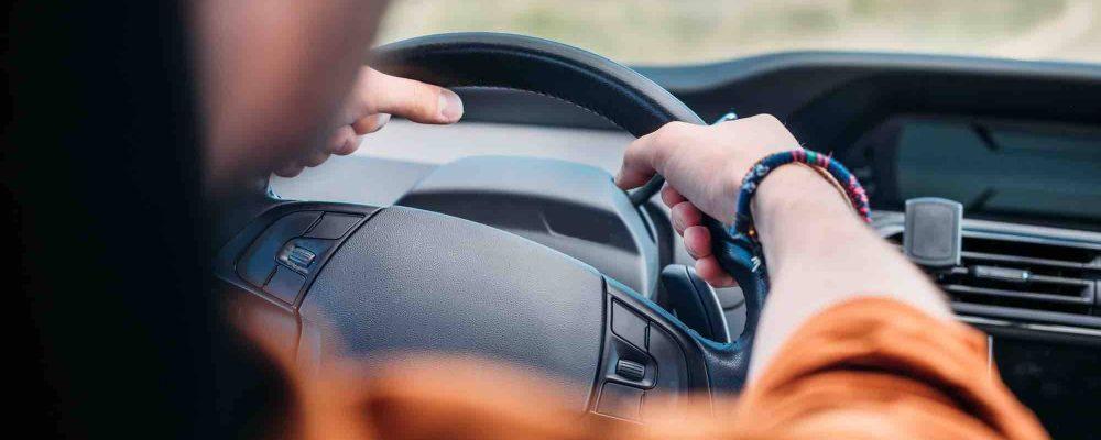 Fahrer hält Lenkrad in der Hand