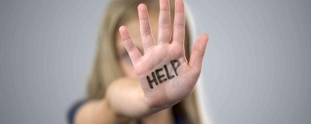 Frau zeigt ihre Hand mit Help