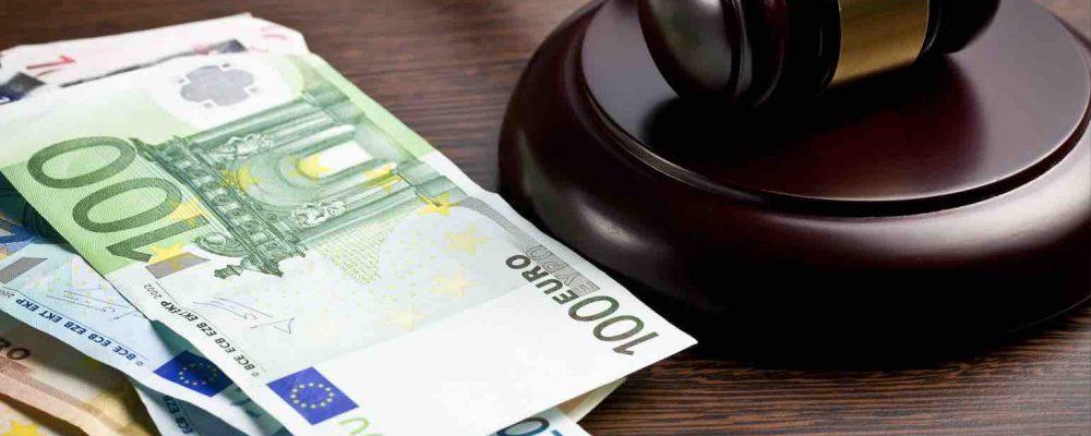 Richter Hammer liegt neben Euro Geldscheinen