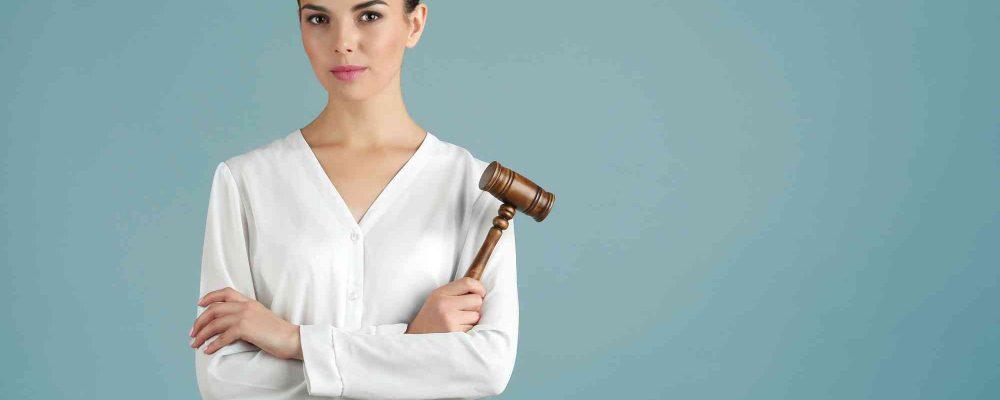 Frau mit Gerichtshammer